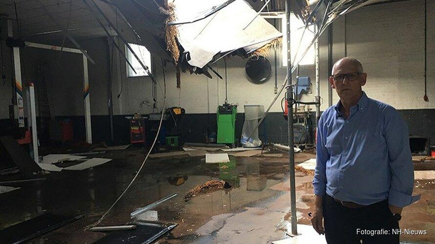 """Garagedak ingestort door noodweer in Medemblik: """"Iedereen stond te trillen"""""""