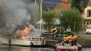 KNRM in actie voor brand in haven van Medemblik