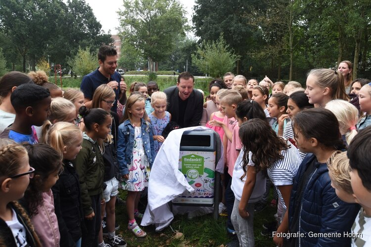 Kinderen versieren 52 prullenbakken in Hoorn