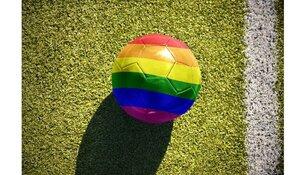 Regenboogballen voor voetbalclubs