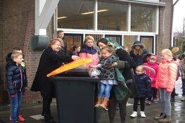 Wethouder Caroline van de Pol geeft samen met leerlingen Bernadetteschool Zuidermeer startsein afval scheiden op school