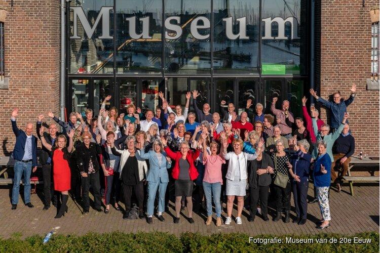Jubileum Museum van de 20e Eeuw met 70 medewerkers op 1 foto