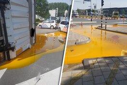Vrachtwagen gekanteld in Zwaag: enorme plas eigeel op kruispunt