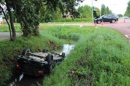 Auto op de kop de sloot in na aanrijding