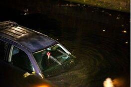 Bestuurder onder invloed raakt meerdere auto's en eindigt in water Hoorn