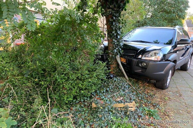 Auto tegen boom in voortuin in Grootebroek