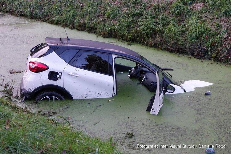 Auto te water in Zwaagdijk-Oost