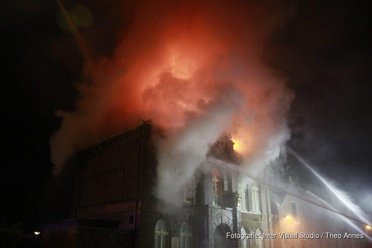 Grote brand in voormalig gemeentehuis in Obdam: 'Sluit ramen en deuren'