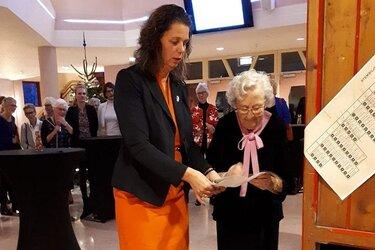 Tentoonstelling 100 jaar vrouwenkiesrecht in gemeentehuis Wognum