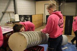 Handen uit de mouwen voor de praalwagen: de voorpret is begonnen in Zwaag