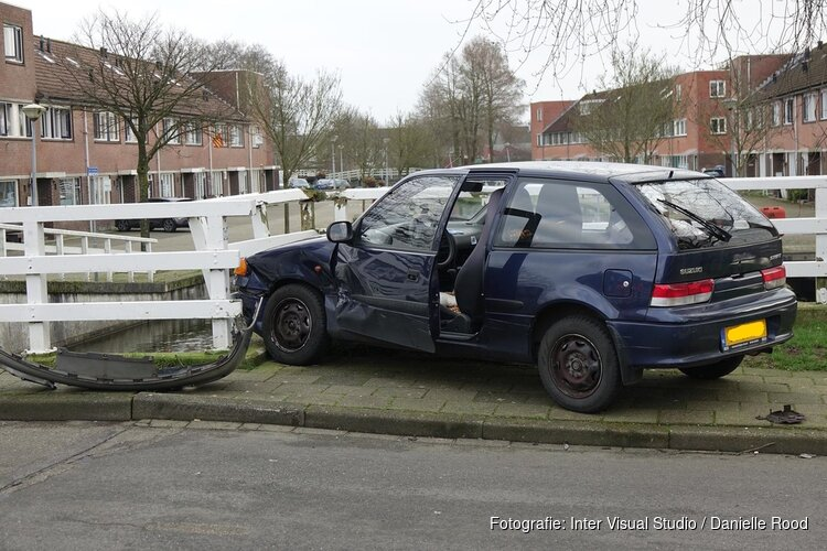 Auto tegen brug gereden bij ongeval