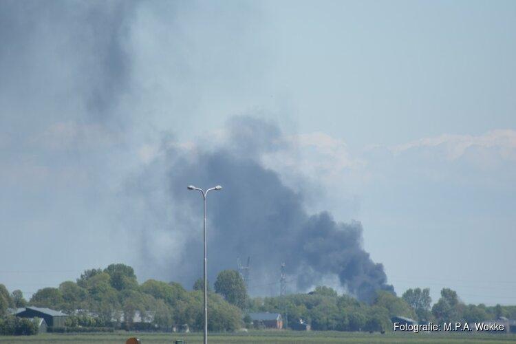 Hooivoorraad op boerenerf Ursem in vlammen op, rook vanuit verre omtrek te zien