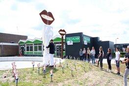 D'Ampte onthult door leerlingen gemaakt monument ter ere van 75 jaar vrijheid