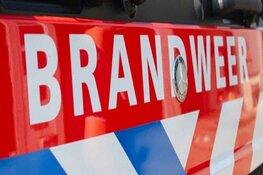 Brandweerman valt uit rijdende brandweerwagen in Andijk