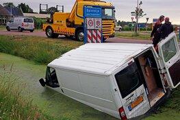 Bestelbus te water in Spierdijk