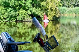 Man op leeftijd raakt met scootmobiel te water in Hoorns park