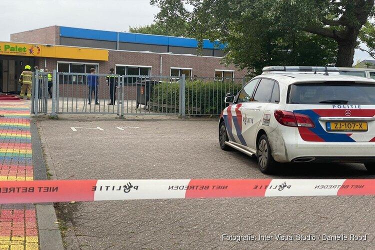 Man rijdt met auto basisschool binnen