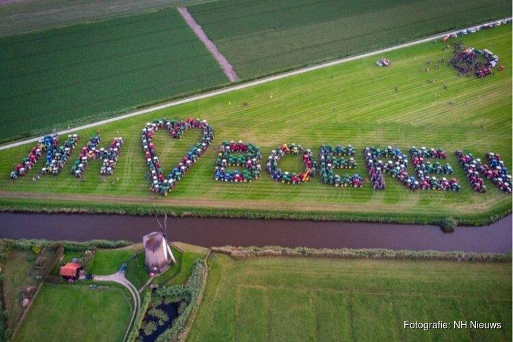 Honderden boeren maken met tractoren NH ❤ BOEREN in polder