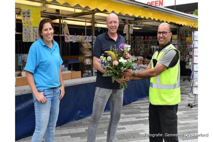 Afscheid met bloemetje voor marktkoopman Egbert Schoonhoven