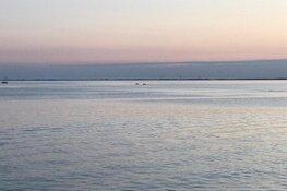 Tiener zwemt twee kilometer naar de wal om hulp te halen