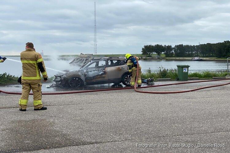 Auto in brand langs dijk Enkhuizen-Lelystad