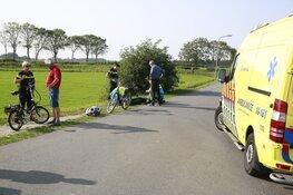 Fietser geraakt door uitstekende pijp van aanhangwagen in Ursem, automobilist doorgereden