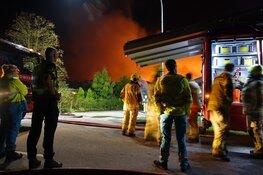 Grote brand verwoest loodsen in Hem