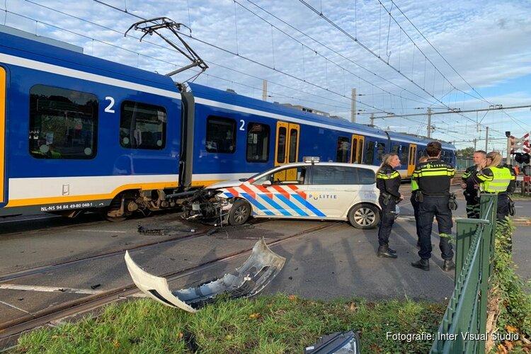Politieauto botst op trein in Hoorn