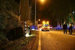 Auto belandt op z'n kant in Hoorn, voertuig total loss