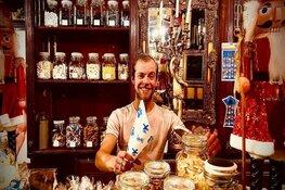 Ome Tinus inventief in coronatijd: Van bruin café naar snoepwinkel