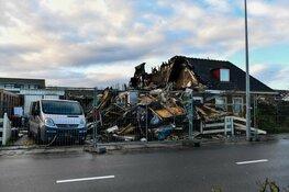 Schade door verwoestende brand in Hoorn bij daglicht goed zichtbaar. Vrouw zwaargewond, verdachte aangehouden