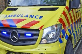 Gewonde bij eenzijdig ongeval in Ursem. Auto op de kop in de sloot