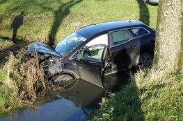 Auto te water na botsing in Venhuizen