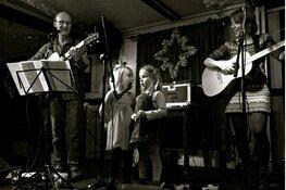 Irish folk formatie Masja, Robert & Gilles in folkclub Oosterleek
